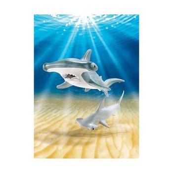 Молотоголовая акула с детенышем