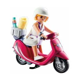 Посетитель пляжа со скутером