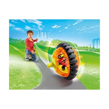 Оранжевый гонщик на роликах