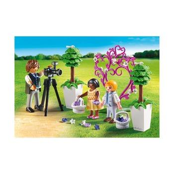 Фотограф и дети с цветами