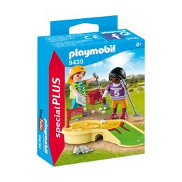 Дети, играющие в минигольф