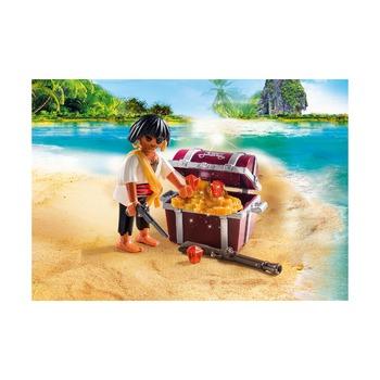 Пират с сундуком с сокровищами