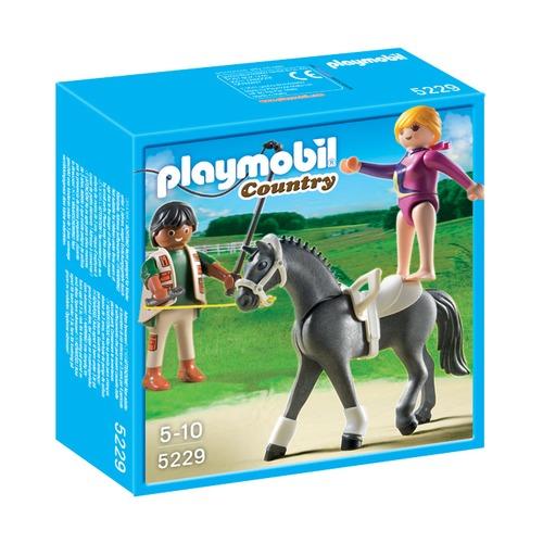 Наездница-эквилибриства на лошади