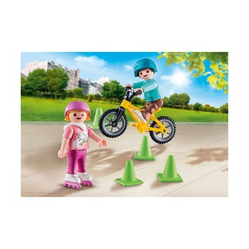 Дети с коньками и велосипедом