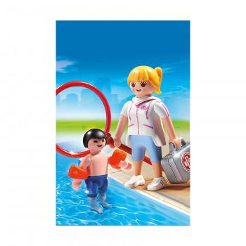 Спасатель в бассейне
